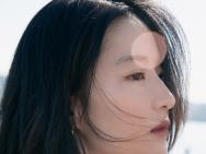 刘亦菲分享九宫格美照 穿性感一字肩上衣凝望远景