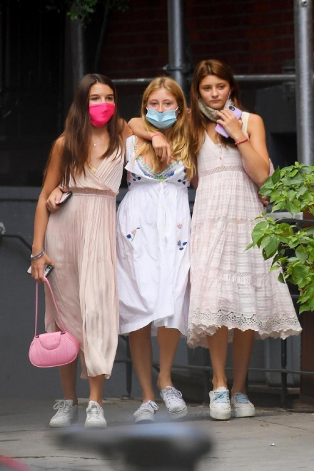 阿汤哥14岁爱女苏瑞与闺蜜逛街 身体高挑星范十足 第3张