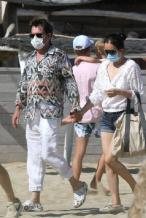 巩俐与71岁老公海滩散步 小鸟依人十指紧扣超恩爱