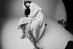 """7月22日,《T Magazine China》7月刊封面曝光,杨幂作为本期风main任务拍摄一组""""美与艺术""""为主题的时尚大片。杨幂留着齐刘海长发,随风飘逸,造型百变,简介舒服,诠释""""不被条条框框限制的美""""。  """