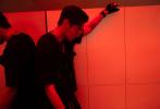 """7月23日,吴亦凡通过微博分享一组新发型帅照,并发文:""""Let's Roll。""""照片中,吴亦凡梳着中分背头,他将头发染成了""""小丑""""同款墨绿色,戴着时下流行的透明框墨镜,身穿黑色荧光图案上衣,对镜摆炫酷手势,大胆前卫,未来感十足。"""