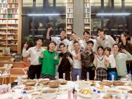 《中餐厅4》再曝杀青照 赵丽颖王俊凯等比耶灿笑