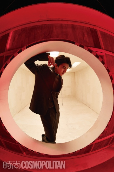 蔡徐坤鱼眼镜头封面释出 展现狮子座的凌厉与温柔 第5张