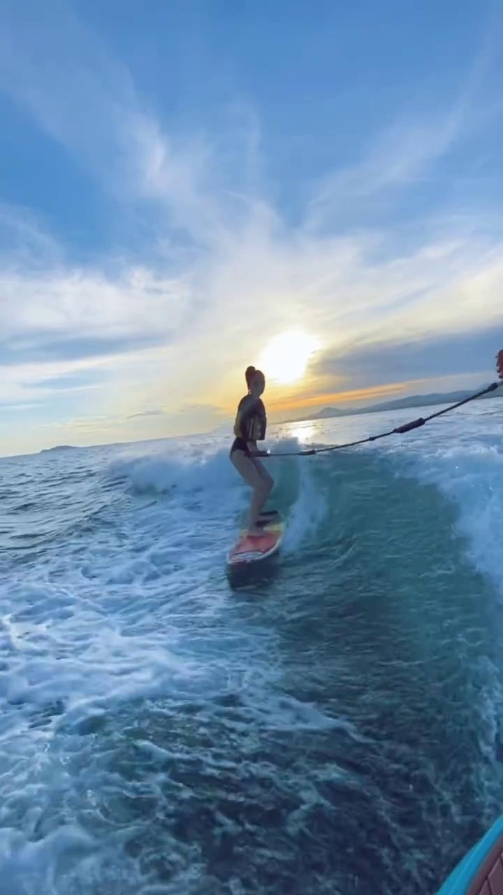 Angelababy晒冲浪视频 驰骋海浪之上大长腿吸睛 第1张
