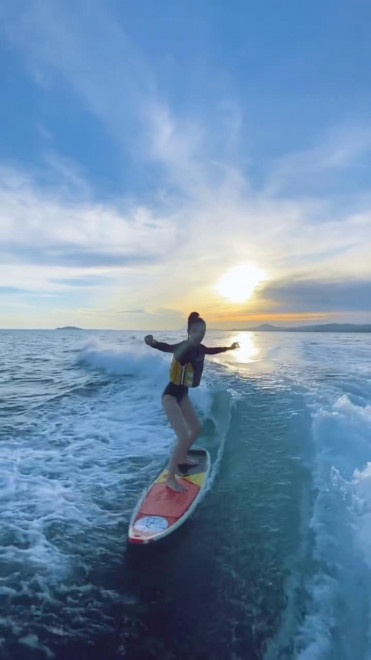 Angelababy晒冲浪视频 驰骋海浪之上大长腿吸睛 第3张