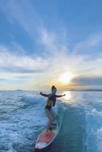 Angelababy晒冲浪视频 驰骋海浪之上大长腿吸睛