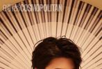 7月24日,蔡徐坤成为《时尚COSMO》8月刊封面人物大片发布。All black造型衬托潮流风格,多样气质的完美拿捏,时尚表现力和镜头感依旧slay,侧颜、垂眸都能看出颜值爆表。