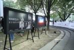 7月25日,第二十三届上海国际电影节举行露天影展开幕式。香港电影金像奖最佳女主角曾美慧孜、第23届上影节海报设计师陆云帆与影迷、市民一起在露天影院观看了电影《地球最后的夜晚》,以特殊的形式拉开了上影节的帷幕。
