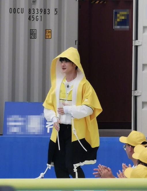 《奔跑吧》曝新路透 蔡徐坤周震南双C同框游戏
