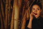 7月27日,有网友曝光了一组刘亦菲为宣传《花木兰》而拍摄的东方古典风写真。照片中以东方红为主色调,刘亦菲以盘发造型亮相,精致红唇妆容,犀利眼神搭剑眉英气十足。