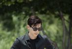7月26日,《极限挑战》第六季迎来收官。邓伦身穿All Black工装风搭配墨镜,修身服装尽显身材又酷又帅,特工造型十分潇洒有型。