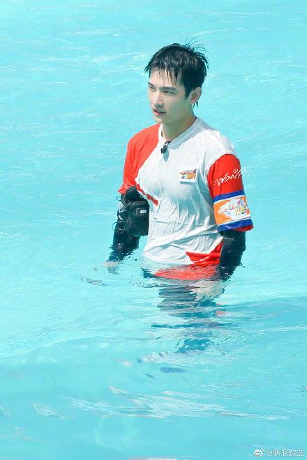 大发888客户端:《元气满满的哥哥》泳池路透 杨洋湿身尽显好身材 第1张