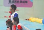 7月28日,《元气满满的哥哥》再曝最新路透照。照片中,杨洋、吴昕、李维嘉等人置身于泳池中,杨洋湿身湿发尽显好身材。
