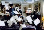 """为庆祝""""哈利·波特""""系列图书引进中国20周年,根据J.K.罗琳畅销小说""""哈利·波特""""系列第一部改编的电影《哈利·波特与魔法石》,即将于8月14日在中国以4K修复3D版公映。该片今日曝光""""入学通知""""版预告及人物海报,再现初遇魔法世界的珍贵回忆,瞬间唤醒20年来早已深植于心的魔法梦。暌违已久的霍格沃茨开学在即,这一次我们一起返校!"""