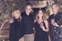 汤姆·汉克斯夫妇成为希腊公民 持护照与总理合照