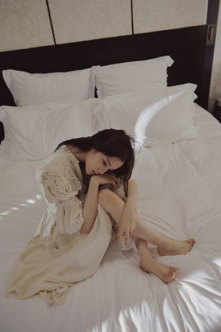 欧阳娜娜米色睡裙写真曝光 长发披肩眼神性感撩人