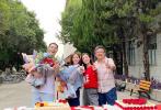 7月29日,楊祐寧在社交平臺分享了一組他參演的劇集《流金歲月》的殺青照。劉詩詩、倪妮兩位女主角也出現在了照片中,一藍一紅的二人對鏡甜笑,看上去心情極佳。