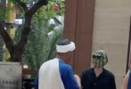 """7月29日,网上曝光了一组《元气满满的哥哥》的全新路透。画面中,王鹤棣化了西瓜头造型搭配墨镜,绿色""""圆头"""",抢眼的瓜皮花纹和朝天瓜蒂,造型逼真又搞笑,吸引大家的目光。"""