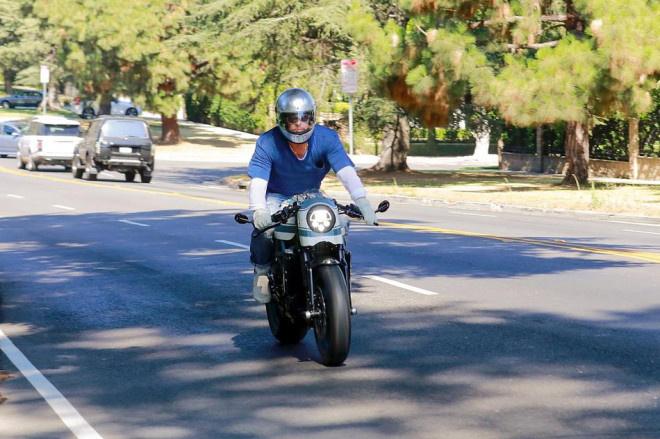 布拉德·皮特去朱莉家看望孩子 骑摩托车魅力十足