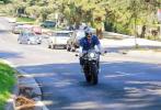 當地時間7月28日,美國洛杉磯,布拉德·皮特現身街頭。他疊穿藍白上衣,下身搭配牛仔褲,裝扮十分減齡,騎著摩托車出街,酷帥有型。當天,皮特是去前妻安吉麗娜·朱莉家看望孩子們。