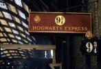 """为庆祝""""哈利·波特""""系列图书引进中国20周年,根据J.K.罗琳畅销小说""""哈利·波特""""系列第一部改编的电影《哈利·波特与魔法石》,推出全新4K修复3D版,即将于8月14日登陆全国院线,中国也是全球首个上映这一新版本的国家。"""
