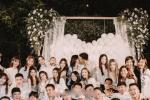 王嘉尔现身朋友求婚现场 与着装清凉辣妹亲密合照