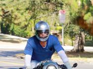 布拉德·皮特去朱莉家看望孩子 騎摩托車魅力十足