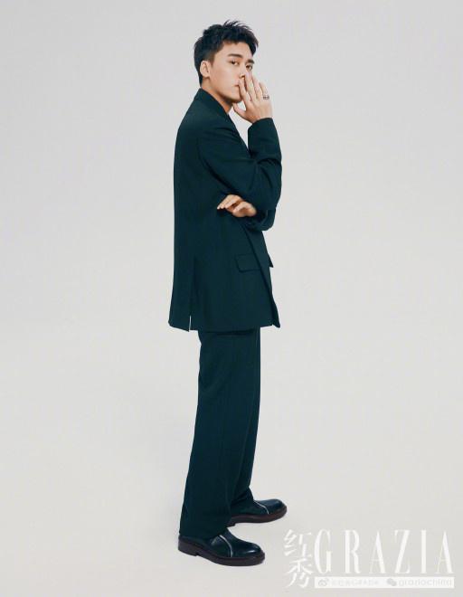 欧博真人游戏手机版:李易峰英伦风大片公布 空气短发两种气概自由切换 第5张