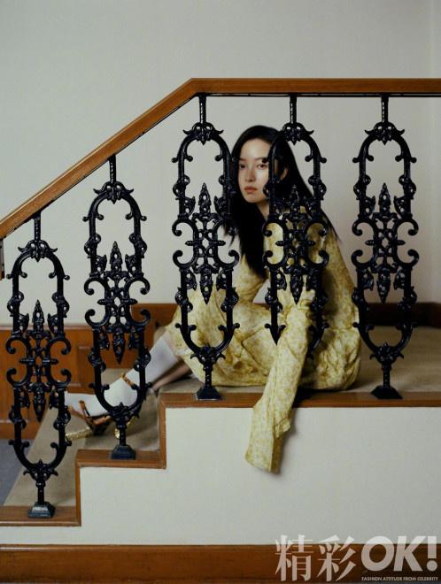 倪妮珍珠妆登封气质优雅 坐楼梯眼神勾人宛若油画