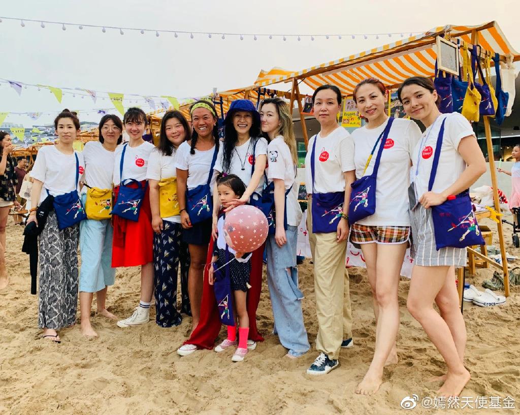 大发888在线:王菲14岁女儿与闺蜜摆摊做义卖 李嫣金发气质成熟