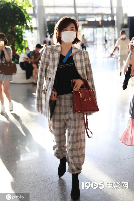 万茜车祸后首现身机场 手缠绷带身披西装飒爽干练