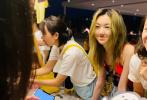 8月2日,嫣然天使基金会在社交平台上发布了一则关于公益募捐活动的动态。在这次的活动中,李亚鹏和王菲的女儿李嫣在现场和闺蜜们一同做公益。虽然在本场活动中未见李亚鹏或者王菲的身影,但是能看出李嫣已经能够独当一面。