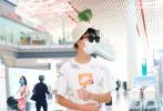 """8月3日,在《隱秘的角落中》飾演""""朱朝陽""""的榮梓杉現身北京機場。榮梓杉戴著漁夫帽和反光鏡潮范十足,身穿清爽運動裝帥氣有型。""""朱朝陽比嚴良高了""""的話題也登上熱搜。"""