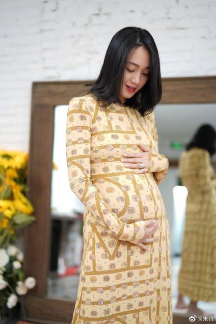 朱丹39岁生日晒二胎孕肚照 穿淡黄色长裙轻抚肚子