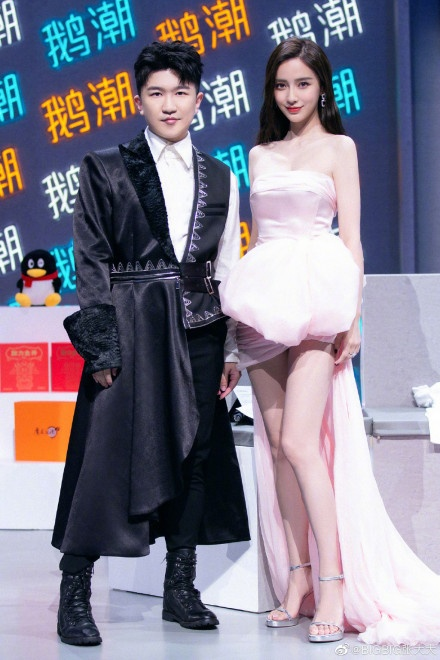 《【杏鑫招商】张大大晒和杨幂Baby合影 双杨姐妹花久违同框比美》