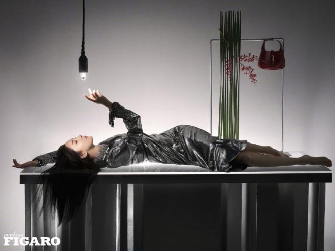 杨幂身穿黑羽毛裙赤脚拍摄 彰显东方韵味优雅神秘