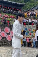 美颜鲨人!王俊凯参加下乡活动 穿白西装生图超绝