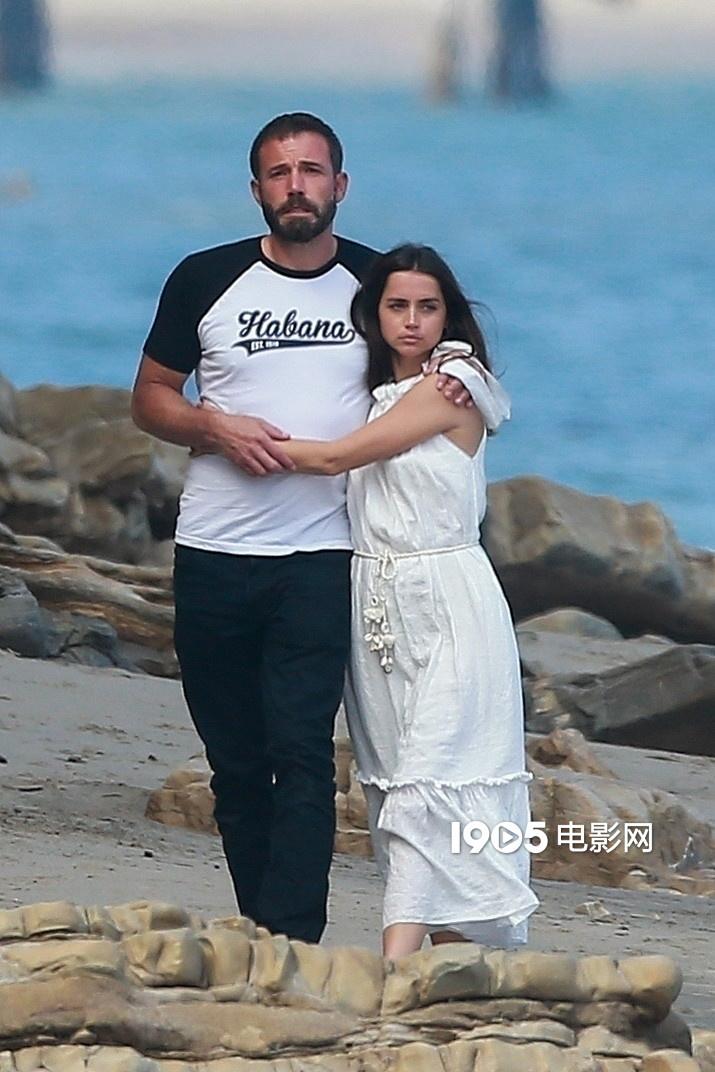 大发888娱乐下载:大本与马特·达蒙配偶一同出游 和女友沙滩躺吻