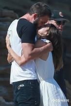 大本与马特·达蒙夫妇一同出游 和女友沙滩躺吻