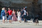 当地时间8月4日,美国马利布,本·阿弗莱克和女友安娜·德·阿玛斯以及马特·达蒙夫妇一起相约到海滩游玩。