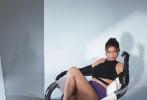 """8月5日,""""金小妹""""凯莉·詹娜登封港版《VOGUE》8月刊封面释出。封面照中,金小妹身穿酒红色深V高开叉皮裙,微露半球;搭配黑色漆皮长靴坐在高脚凳上。配饰方面,只有颈间一条金属质感粗项链。金小妹湿发造型,化着比较""""清淡""""的欧美裸色系妆容,直视镜头的眼神魅惑撩人。"""