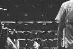 """8月6日,江疏影通过微博晒出与老同学王传君的合照,并表示:""""跟王传君重回上戏,我夸他变得有味道了,他说这次不损我了。"""""""