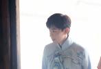 8月6日,邓伦在《密室大逃脱2》中的全新剧照发布。邓伦一袭冰蓝色刺绣唐装雅致十足,搭配中国风折扇,温润如玉,翩翩而来,有清冷贵公子内味儿。笑容灿烂温暖,是令人心动的伦少爷!