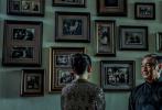 日前,由許鞍華執導的電影《第一爐香》曝光一組全新劇照。整組照片色調復古,置景古色古香,人物造型精巧,韻味十足。