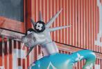 8月6日,作为品牌代言人吴亦凡出席时尚活动,并跨界变超模登台走秀。剪了清爽短发的吴亦凡,身穿米色复古垫肩西装,清爽帅气。