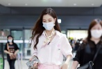 8月10日,宋妍霏与张一山分手后现身机场。当天,宋妍霏身穿白色条纹衬衫搭配粉色长工装裤,颈间还配了一条灰粉色碎花丝巾,气质优越,看起来状态不错!