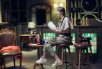 8月10日,最新一期《密室大逃脱》剧照曝光。杨幂变身福尔摩斯,上身穿卡其色衬衣搭配英伦格纹小斗篷,下身的格纹长裤与之呼应,大长腿展露无疑,整个人显得睿智又英气。