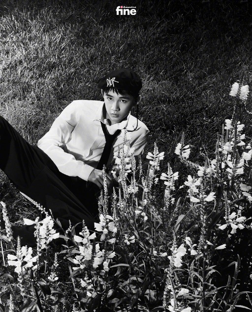 """《【杏鑫娱乐待遇】朱朝阳严良同框坐""""小白船"""" 黑白写真大秀腹肌》"""