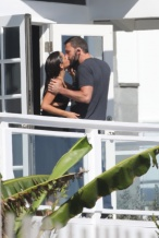 恋爱工作两不误!大本探班女友安娜 两人阳台热吻