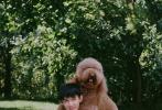 """8月11日,《隐秘的角落》中朱朝阳、严良再合体,拍摄《时尚先生·fine》写真曝光。荣梓杉和史彭元镜头感十足,男孩们的""""夏日冒险""""邀你一起坐上小白船。黑白滤镜写真中,荣梓杉大秀腹肌,史彭元手臂肌肉线条流畅,两位弟弟的身材很有料!"""